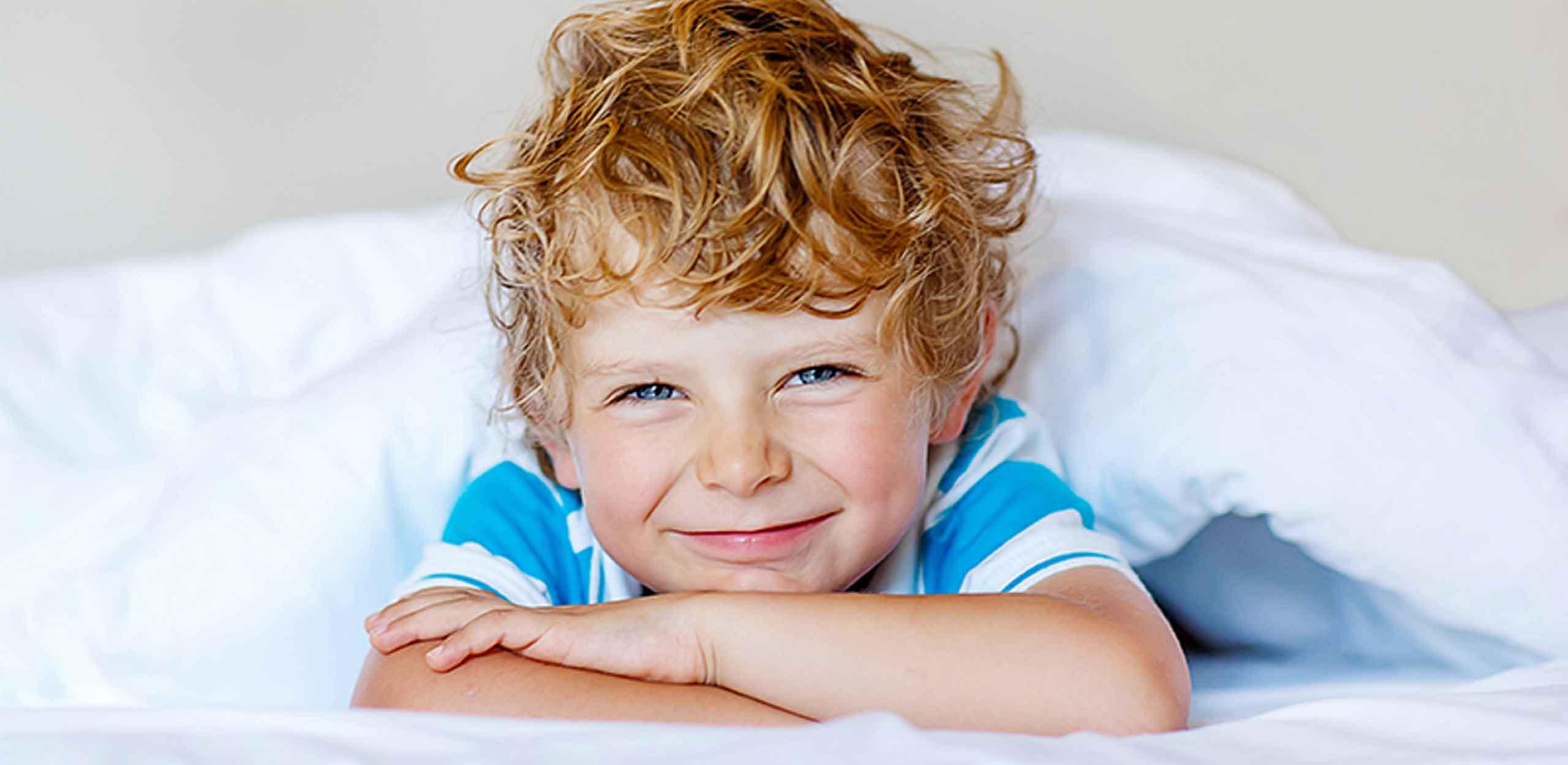 Kind im Bett Zimmer Titelbild